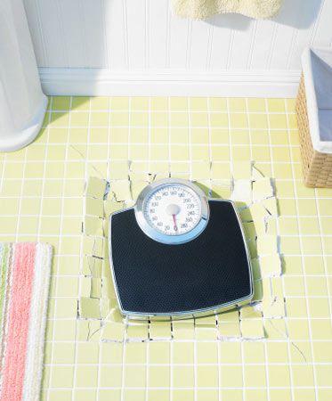 Fazla kilolarımızı vermek için onların nasıl oluştuğunu bilmeliyiz! Neredeyse her kadının bir dönem fazla kiloları sorun olmuştur. Dünya'nın obezite tehdidi altında olduğu düşünülebilir, besine ulaşmanın kolaylaşması ve gelişen teknoloji ile hareket imkânımızın kısıtlanması da göz önünde bulundurulduğunda artık kilo problemlerinin gündeme daha çok oturduğu ve kilo korumanın ve kilo yönetiminin daha önemli hale geldiği yadsınamaz bir gerçek halini aldı. Peki, kalın bir belin, istenmeyen fazla kiloların, 38–44 beden arası kıyafetlerle dolu bir dolabın gerçekten bir çözümü yok mudur? Tabi ki var. Dünya Sağlık Örgütü'nün de neredeyse her toplantı da bir kez daha gündeme getirdiği sağlıklı beslenme ve düzenli fiziksel aktivite kilo kontrolünün ve bu kontrolde yüksek başarı sağlamanın en kalıcı ve gerçekçi yolları. Siz de kadınlara özgü sağlıklı zayıflama, sağlıklı beslenme ve düzenli hareket ile ilgili önerilerimize kulak verebilir ve daha formda bir yaşamın kapılarını aralayabilirsiniz.